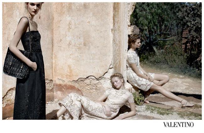 , Valentino Printemps Ete 2012 par Deborah Turbeville