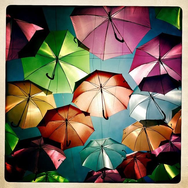 parapluies couleurs agueda portugal, Arc en Ciel de Parapluies dans les rues d'Agueda, Portugal