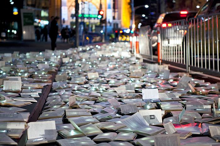 , Installation LuzInterruptus : 10 000 Livres de Lumière dans les Rues de Melbourne