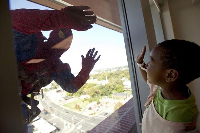 , Super Heros Laveurs de Carreaux pour les Enfants Hospitalisés