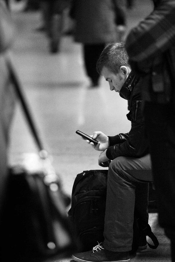 , WeNeverLookUp Photographies : Hypnotiques Téléphones Mobiles