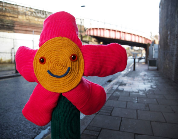 Street Art par Knit The City : L'Art du Graffitie au Tricot pour Toyota