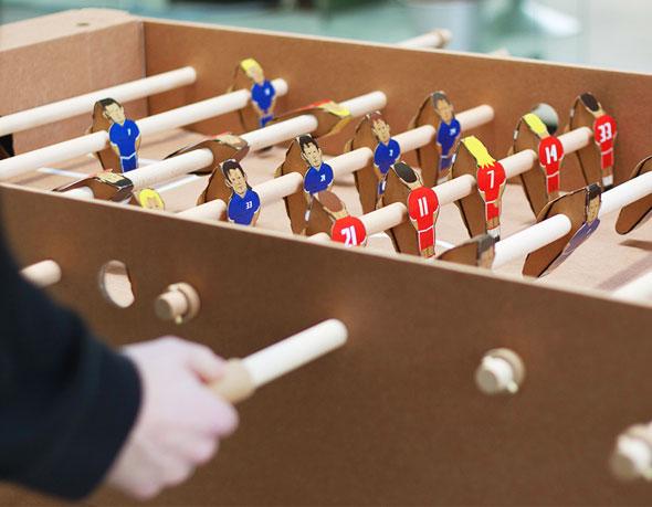 2 foosball cardboard Kickpack Kartoni Baby foot Carton Recycle - Kickpack Kartoni, le Baby Foot en Carton Recyclé (video)