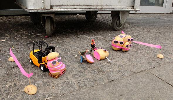 , Street Art par Peter Pink : La Révolte des Patates contre McDo