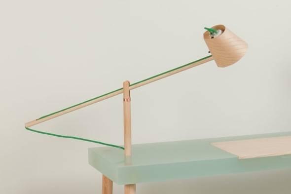 Writing table par roel huisman bureau ecolo en bois et résine