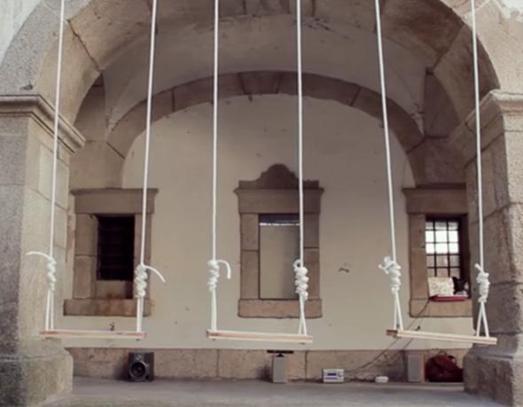 , Installation par Elas Duas Portugal : Baloica, les Balancoires Musicales (video)