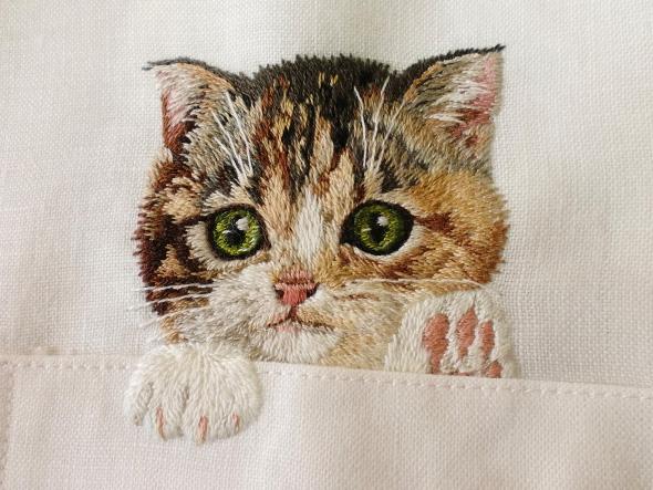 chats poches chemises, Elle Brode des Chats sur la Poche des Chemises