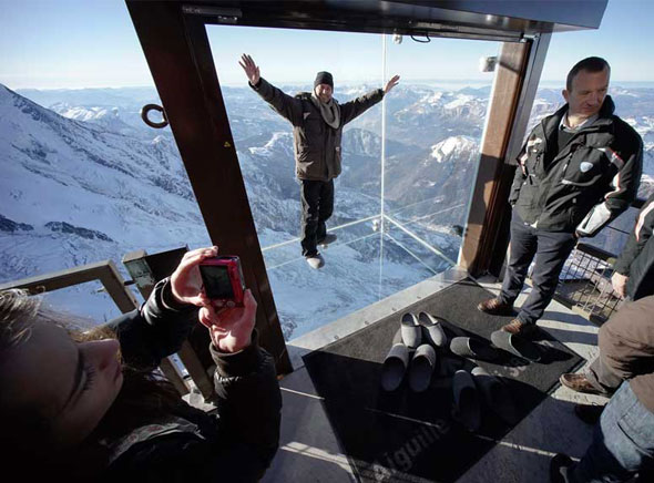 Pas dans vide Chamonix Cabine Verre Suspendue Aiguille Midi Mont Blanc 5 - Un Pas dans le Vide à Chamonix, Cabine en Verre Suspendue à 3842 mètres d'Altitude (video)