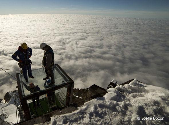 Pas-dans-vide-Chamonix-Cabine-Verre-Suspendue-Aiguille-Midi-Mont-Blanc-6