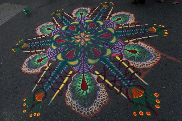 , Street Art par Joe Mangrum : Mandalas Ephemeres en Sable de Couleurs (video)