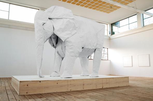 , White Elephant par Sipho Mabona : Un Éléphant de 3 Mètres Sculpté en Origami