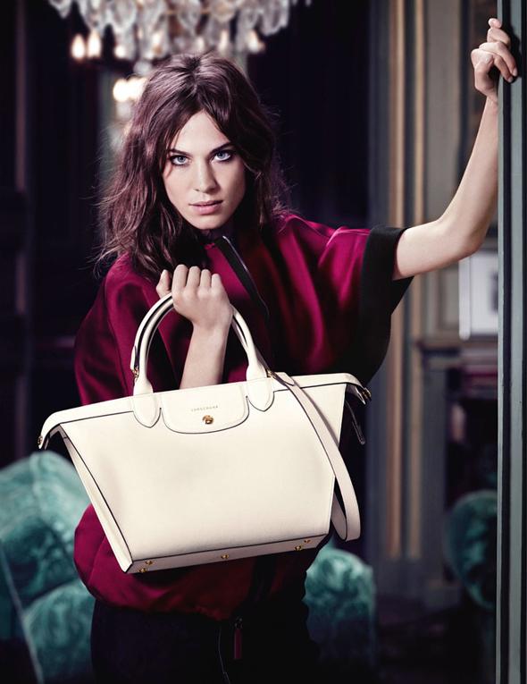 , Longchamp Invite Alexa Chung et un Adorable Chiot pour sa Campagne