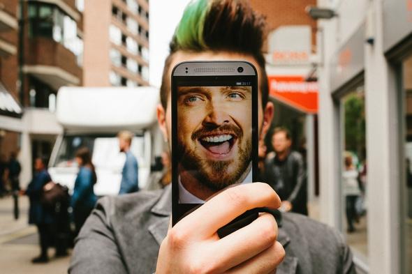 , HTC vous Invite à Faire des Selfies avec le Visage d'une Celebrite !