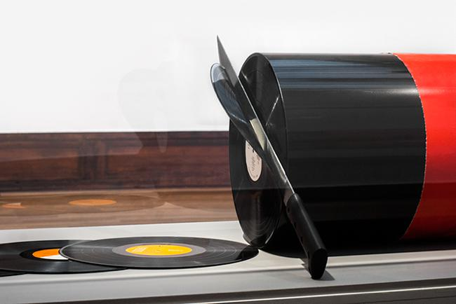 david rinman cutting records sculpture disque vinyle 01 - L'Artiste David Rinman Transforme les Disques Vinyle en Boudin