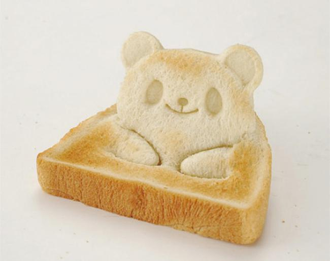 moule ourson toast pain emporte piece kawaii 01 - Cet Emporte-Piece va Transformer vos Toasts en Adorables Pandas