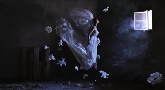 , Scenes Enchanteresses de Jeunes Femmes dansant dans les Airs