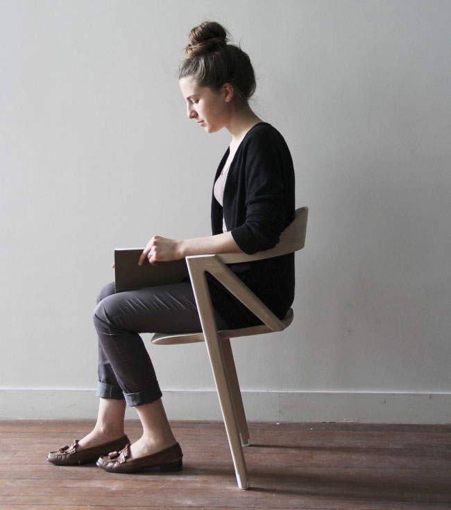 Barbie est assise sur une chaise bascule avec un b b for Abdos assis sur une chaise