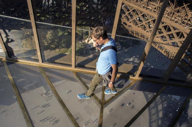 , Marcher dans le Vide du Haut de la Tour Eiffel c'est Possible (video)