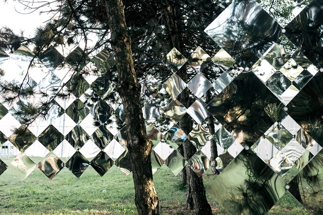 studio nomad camouflage dazzle mirror installation art foret 2 - Camouflage Dazzle en Miroir Installé dans une Foret Hongroise