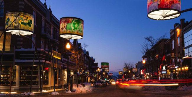 , Des Lampes Géantes et Multicolores Illuminent les Rues de la Ville de Quebec