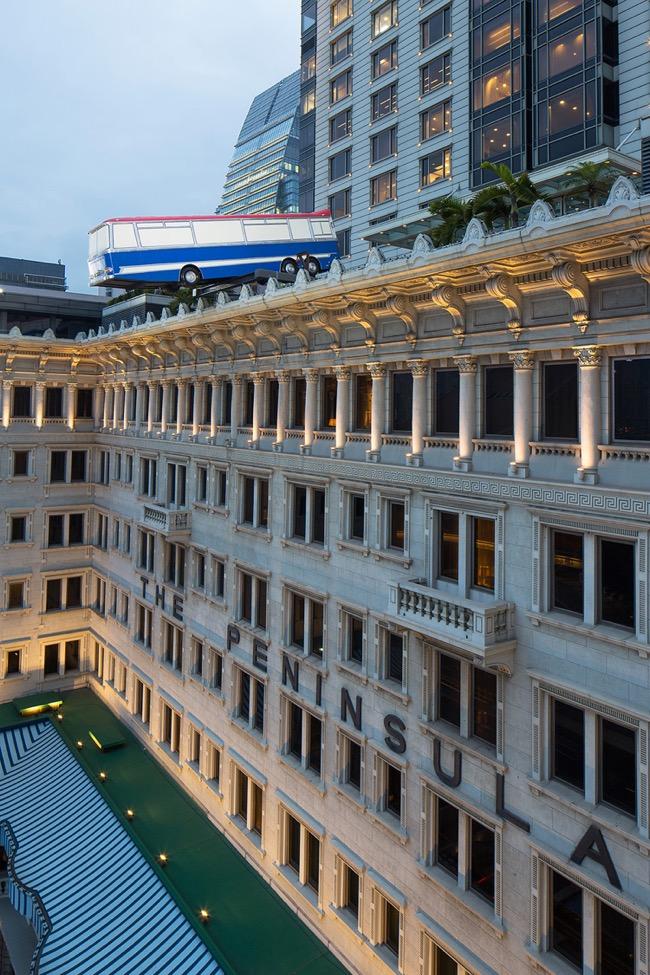 Peninsula Hong Kong Bus Art, Un Bus en Equilibre Instable sur le Toit de l'Hotel The Peninsula Hong Kong