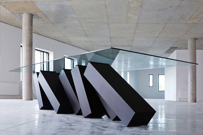 , Megalith, la Table de Salon Montée sur une Cascade de Dominos
