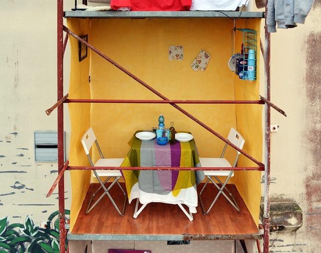, Echafaudages Transformés en Appartements pour une Installation d'Art