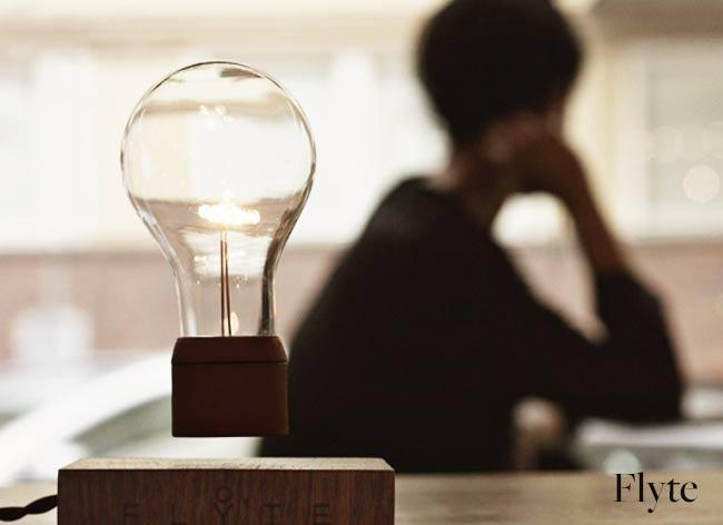 , Flyte, cette Lampe en Levitation Défie la Loi de La Gravité (vidéo)