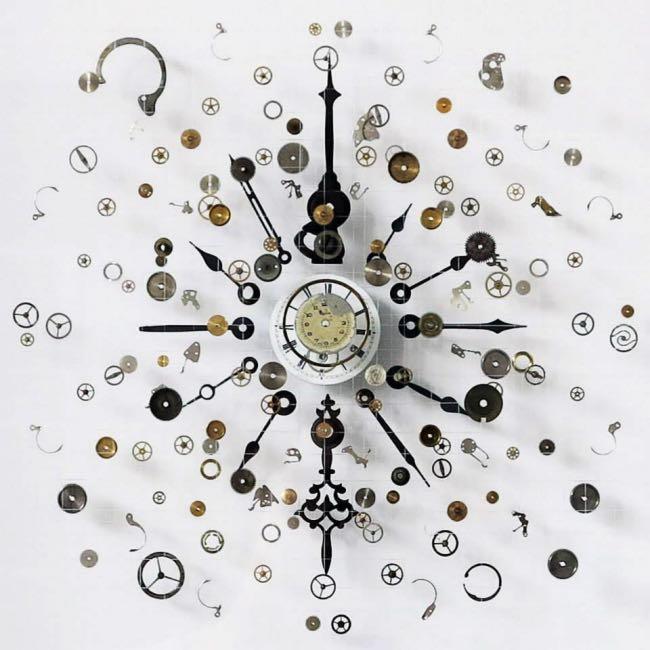 anna masters art sculpture horloge suspension 0 - Elle Fait Voler en Eclats les Horloges pour Mieux Apprécier le Présent