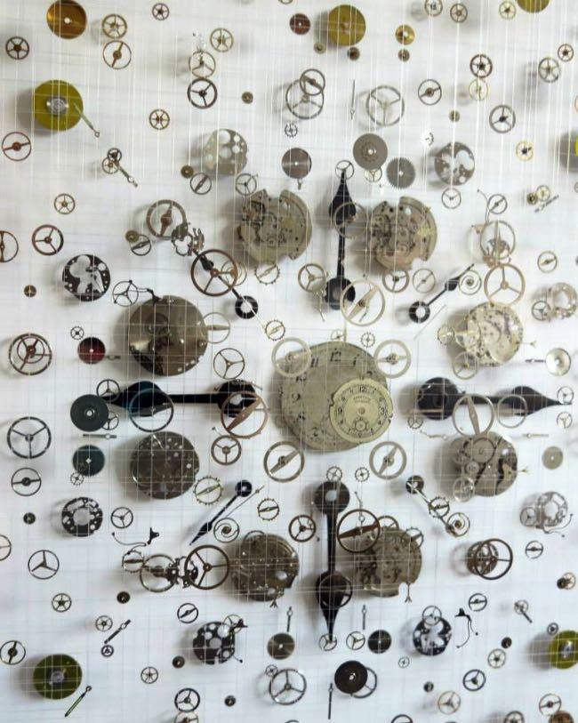 anna masters art sculpture horloge suspension 1 - Elle Fait Voler en Eclats les Horloges pour Mieux Apprécier le Présent