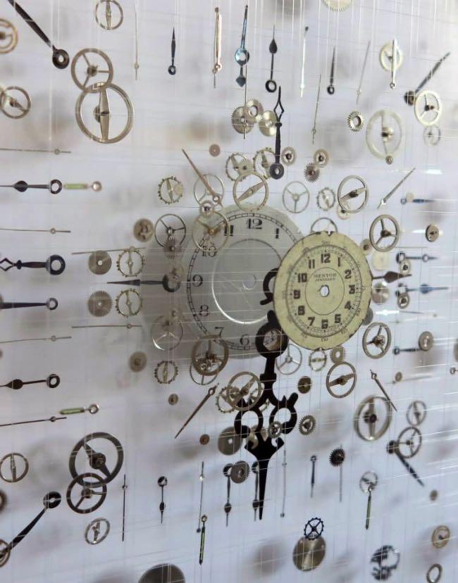 anna masters art sculpture horloge suspension 10 - Elle Fait Voler en Eclats les Horloges pour Mieux Apprécier le Présent