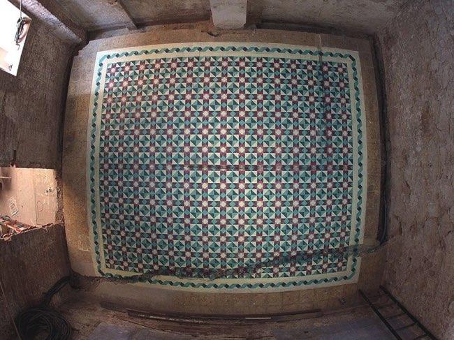 , Il Peint des Mosaiques Mauresques dans des Bâtisses Abandonnées