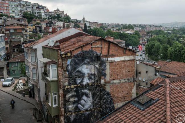 , Istanbul Celebre ses Personnes Agées sur les Murs de la Ville