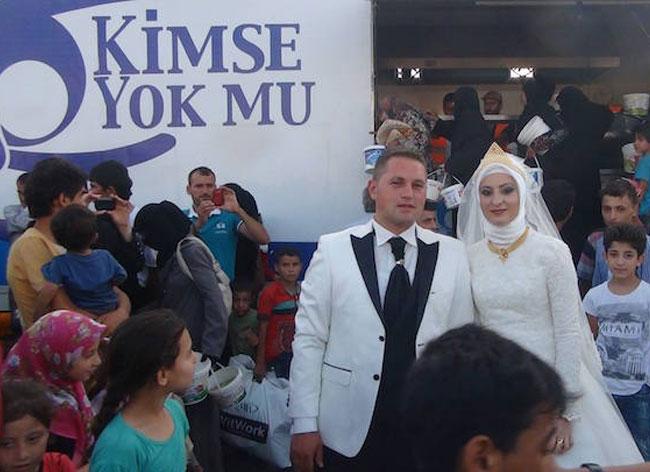 jour mariage couple turquie repas refugies 1 - Le Jour de leur Mariage ce Couple Invite 4000 Réfugiés à leur Repas de Noces (video)