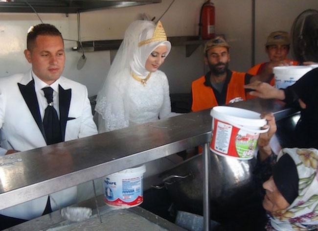 jour mariage couple turquie repas refugies 2 - Le Jour de leur Mariage ce Couple Invite 4000 Réfugiés à leur Repas de Noces (video)