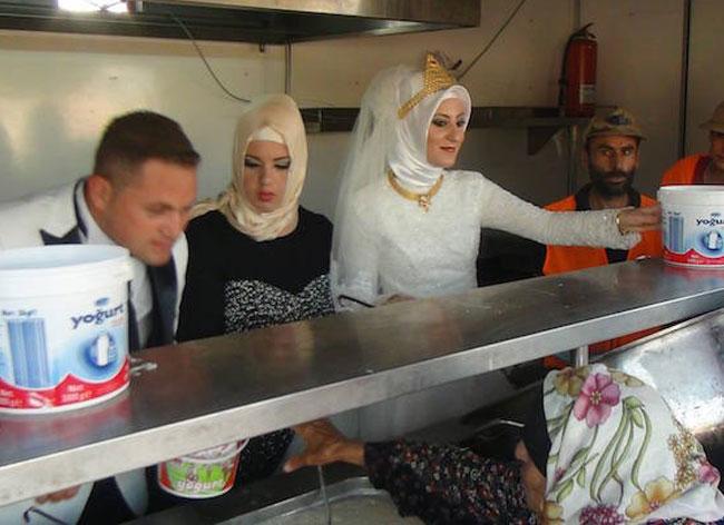 jour mariage couple turquie repas refugies 3 - Le Jour de leur Mariage ce Couple Invite 4000 Réfugiés à leur Repas de Noces (video)