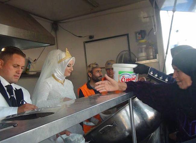 jour mariage couple turquie repas refugies 4 - Le Jour de leur Mariage ce Couple Invite 4000 Réfugiés à leur Repas de Noces (video)