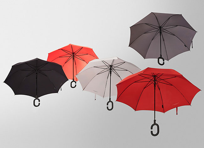 , Avec ce Parapluie Téléphoner sous la Pluie devient un Plaisir (video)