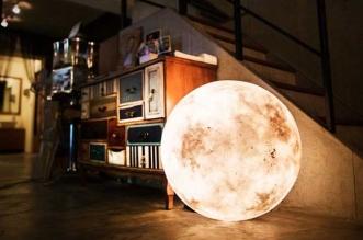 lamp luna acorn studio lune led 1 331x219 - La Lune à vos Pieds avec cette Lampe à Éclairage Dynamique (video)
