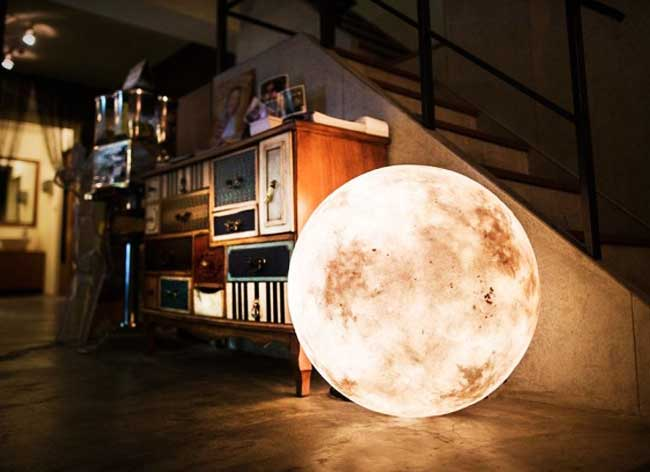 , La Lune à vos Pieds avec cette Lampe à Éclairage Dynamique (video)