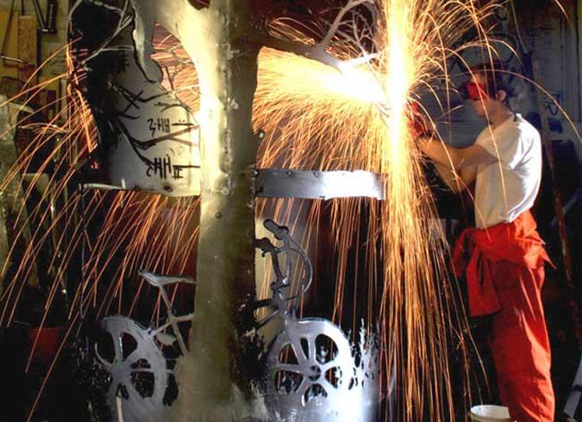 dan rawlings sculpture metal scies outils 9 - Délicates Silhouettes Sculptées sur des Outillages Agricoles