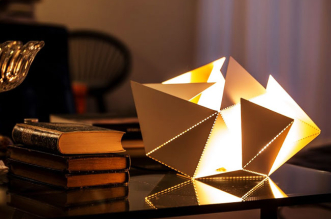 folding lamp m4ke it lampe origami thomas hick 1 331x219 - Une Lampe Origami pour Jouer avec la Lumière (video)