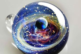 satoshi tomizu boule verre galaxies planetes 10 331x219 - Dans des Boules en Verre, Il Recrée les Galaxies et les Etoiles