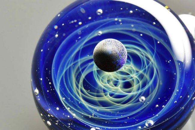 satoshi-tomizu-boule-verre-galaxies-planetes, Dans des Boules en Verre, Il Recrée les Galaxies et les Etoiles