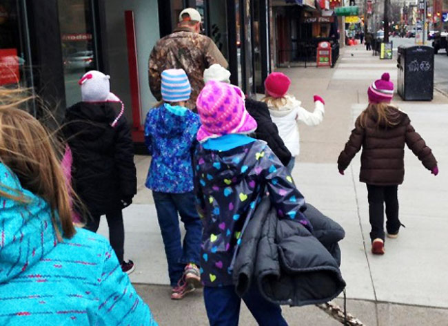 , Ces Enfants Accrochent des Manteaux dans les Rues pour les SDF