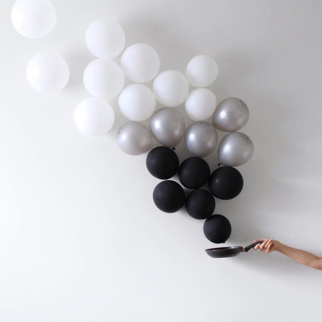 peechaya burroughs detournement ballons photos 1 - Les Ballons de Baudruches dans un Détournement Creatif