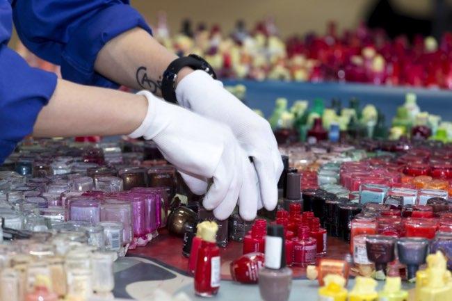 , Des Flacons de Vernis à Ongles pour une Mosaïque d'Art