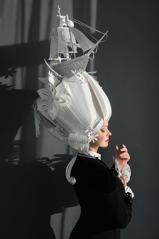 coiffures papier baroques Asya Kozi, Extravagantes Perruques en Papier au Style Baroque