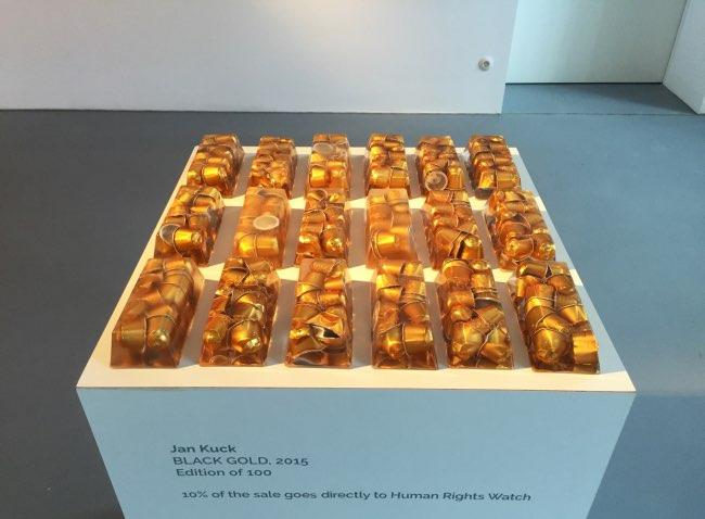black gold jan kuck capsules cafe art sculpture 1 - Cet Artiste Transforme les Capsules de Café en Lingots d'OR