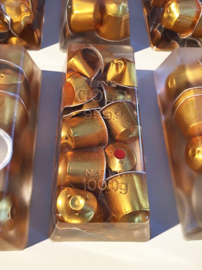 black gold jan kuck capsules cafe art sculpture 3 - Cet Artiste Transforme les Capsules de Café en Lingots d'OR